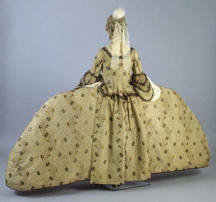 cream_silk_brocade_dress_c_1752-1760_forrasmuseumoflondonprintscom.jpg