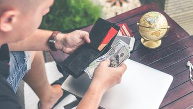 Végleg eltűnik a készpénz?