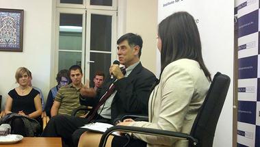 """""""Az emberek nem tudják, mit csinál egy diplomata"""" – beszélgetés André Goodfrienddel, az Egyesült Államok magyarországi követtanácsosával"""