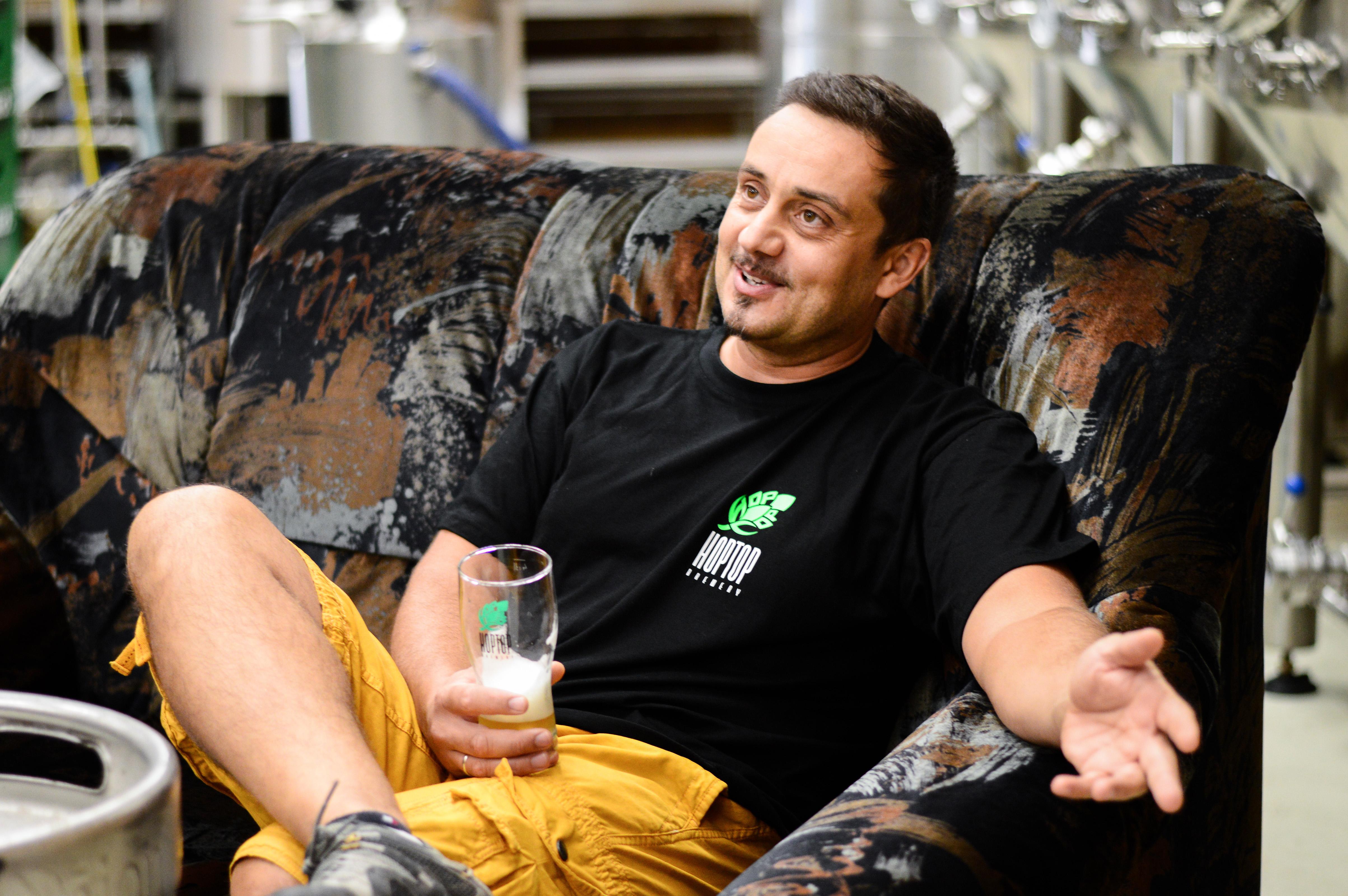 Otthagyta a multik világát, most Európa egyik legjobb sörét főzi