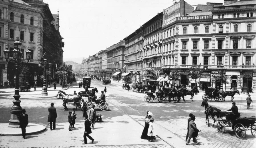 Budapest, VI_ Oktogon, Teréz körút a Nyugati felé nézve__1900.jpg