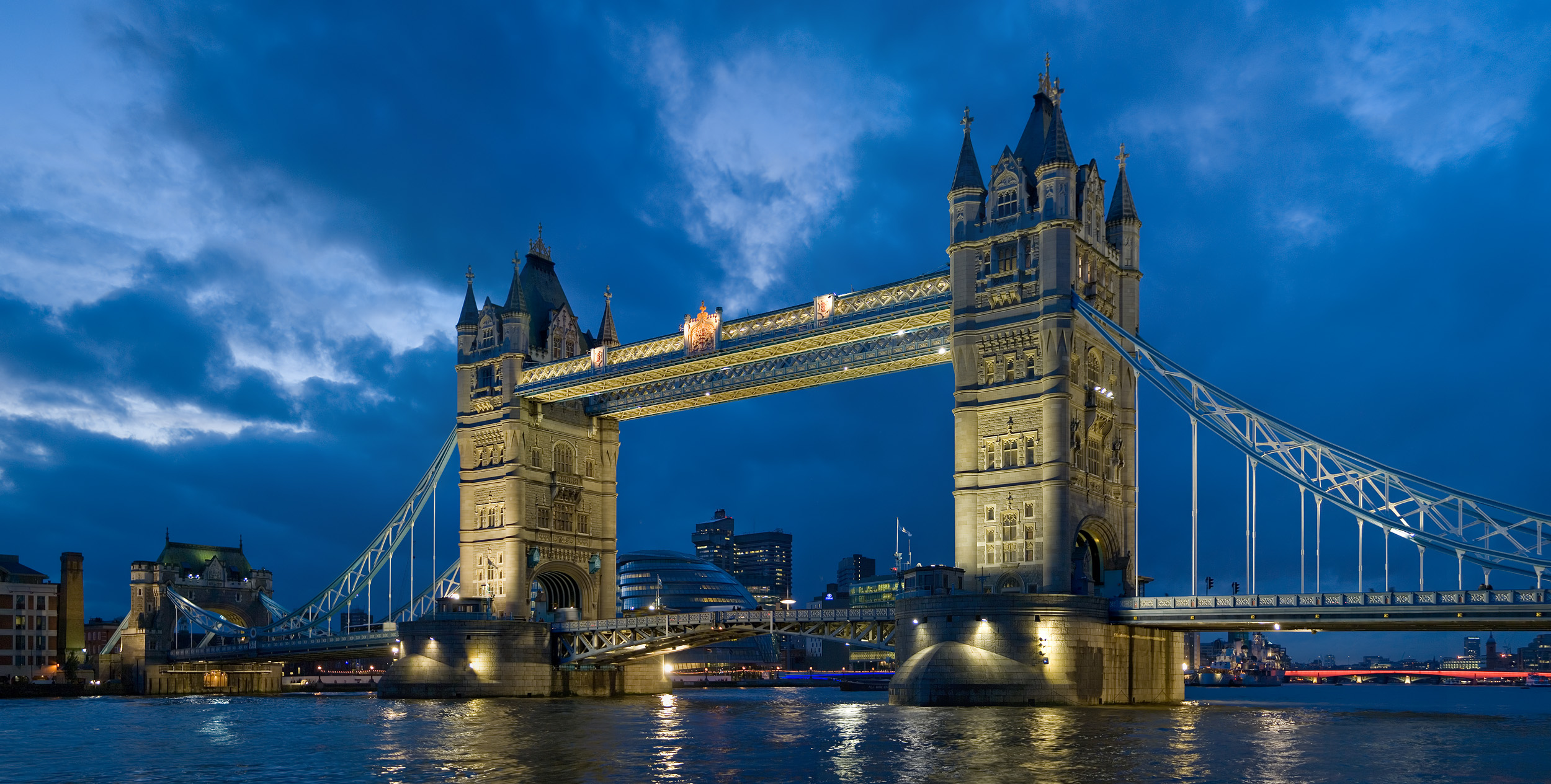 Tower_bridge_London_Twilight_-_November_2006.jpeg
