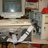 Ma már nincs ilyen: floppy meghajtók bekötve... :)