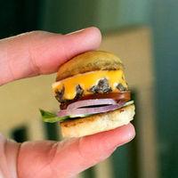 Így készül a világ legkisebb sajtburgere