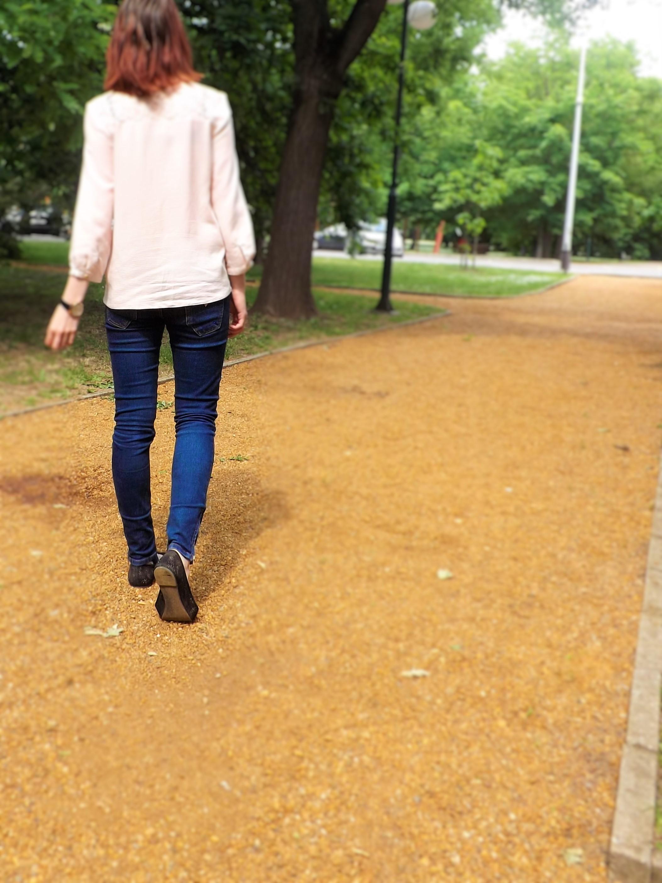 Azért is jó a pasztell rózsaszín, mert egy egyszerű kék farmerhez is tökéletesen illik.