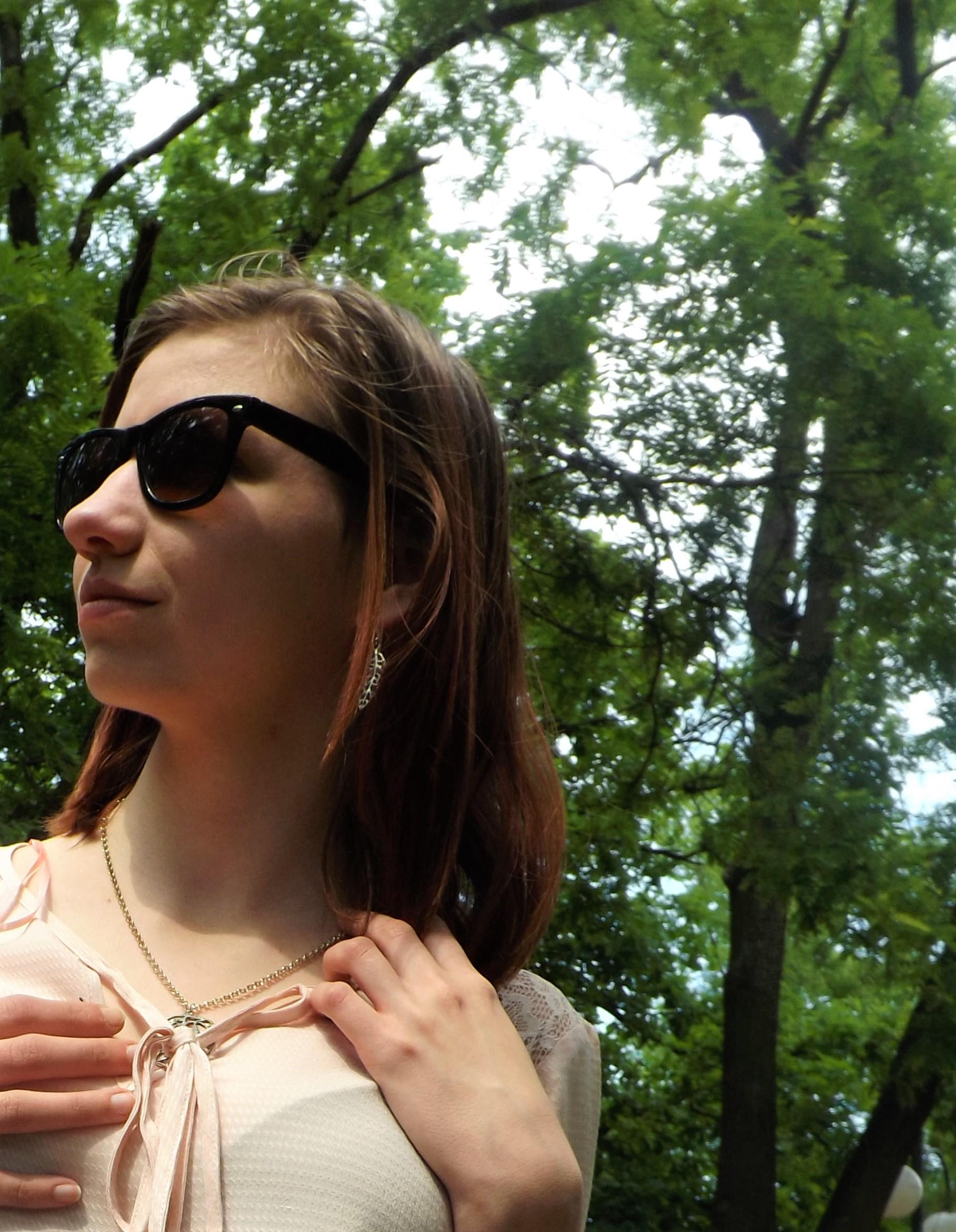A képen nem sikerült megörökíteni, de kiegészítőként egy levél alakú fülbevalót, és egy hozzáillő leveles nyakláncot tettem.
