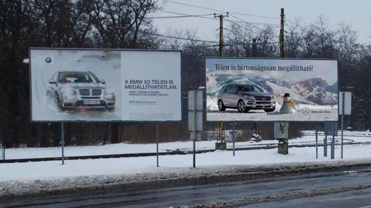 A Mercedes óriásplakáton szívatja a BMW-t