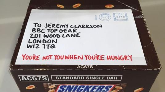 Csokit küldött a Top Gear felfüggesztett műsorvezetőjének a Snickers