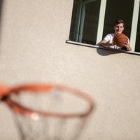 A gimi második emeletének az ablakából dobott egy srác kosarat