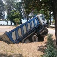 Elnyelte a föld a kamiont a kempingben