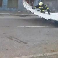 A levegőbe emelt a szélvihar egy tűzoltót