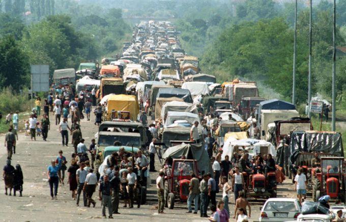 Izbeglicka-kolona-ka-Srbiji-5-avgusta-1995.jpg