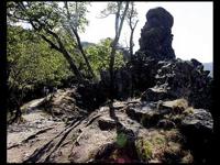Vadálló-kövek, ősi falak