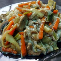 Kínai csirkefalatok sok zöldséggel