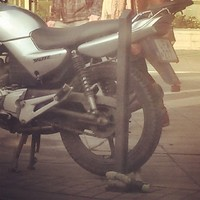Ez így biztonságos? Még én is le tudnám akasztani talán azt a láncot... #motorcycle #safety