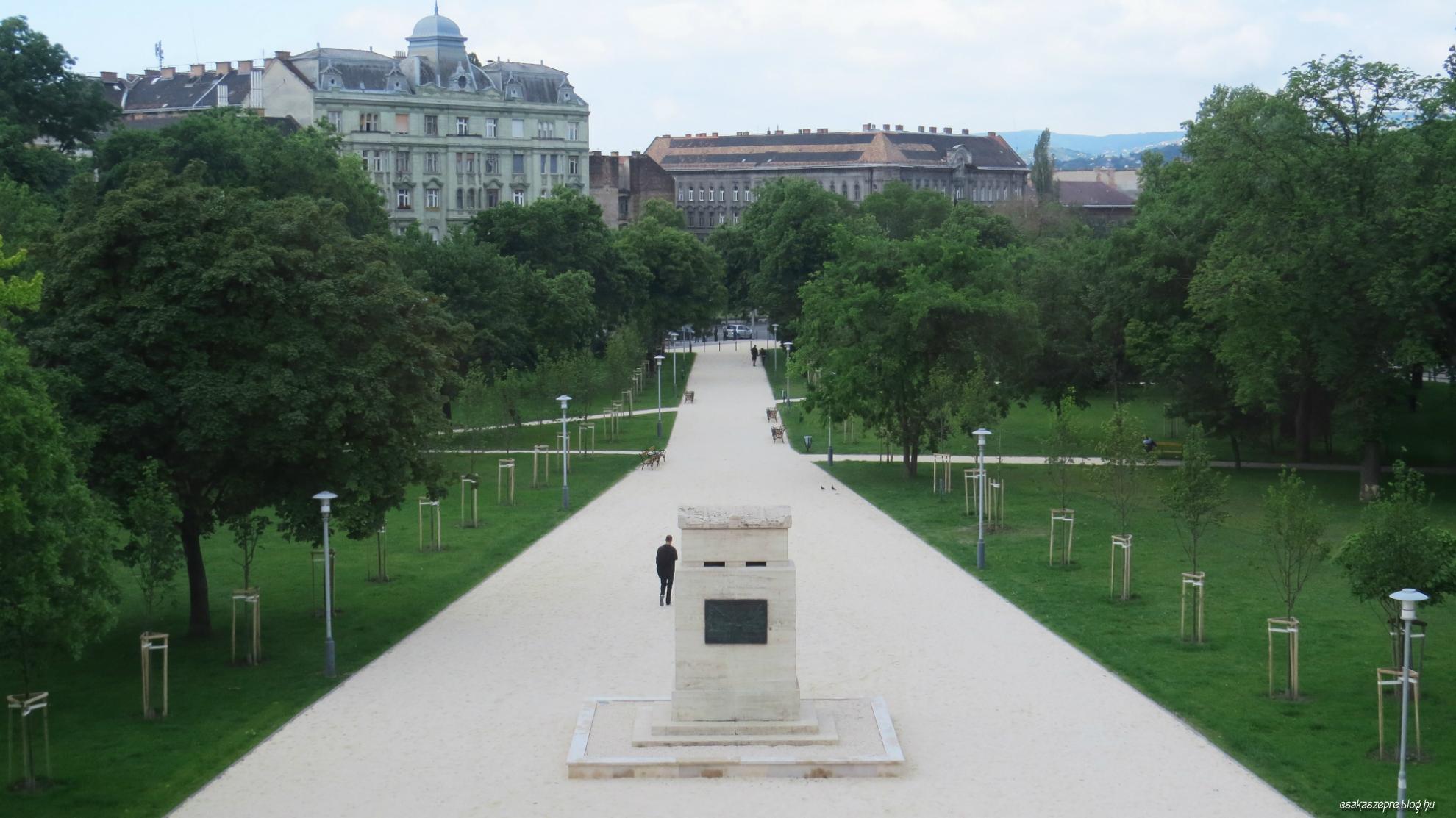 Elegáns park és emlékmű