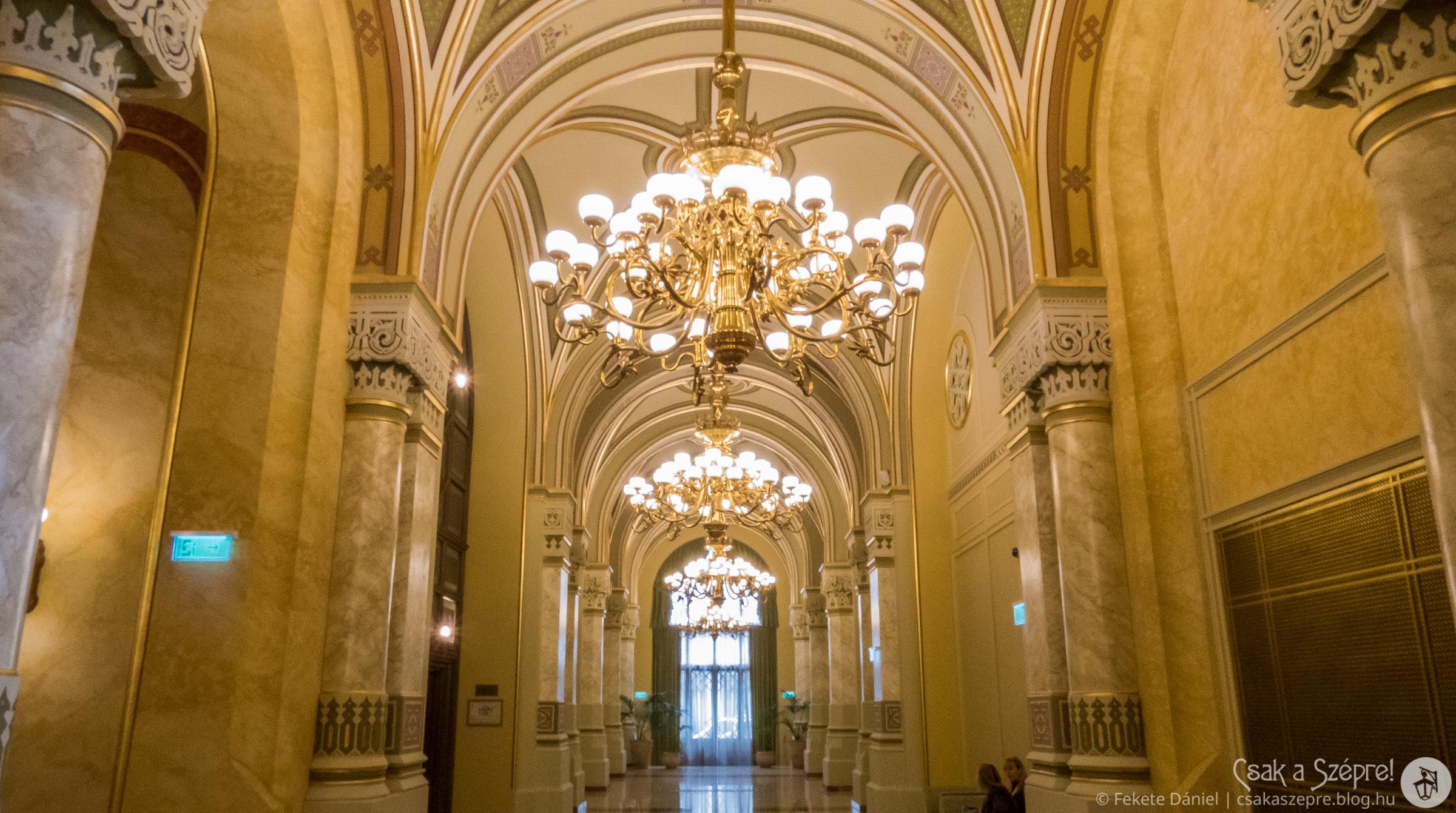 A főlépcső előtti folyosóra érkeztek régen a főurak és meghívottak hintói.