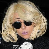 Lady Gaga csíkszemöldökkel büntet