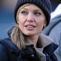 Angelina szőkén, sapkában