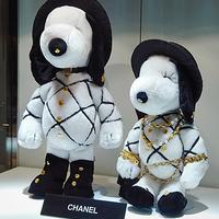 Luxusba bújtatott plüss: Snoopy 60 éves