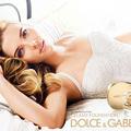 ScarJo ágyban, párnák között
