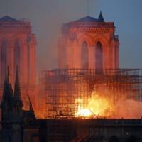 A teljes sötétséget világították meg a Notre-Dame lángjai