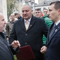 Csepeliekkel akarja megetetni Győrben nyomatott sóderét  a 21. kerületi papagájkommandó