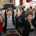 Megkötözött, tiltakozó gimnazisták