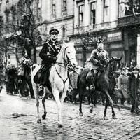 Csepel, Angyalföld, Budapest: tyúkszem a hatalom talpán
