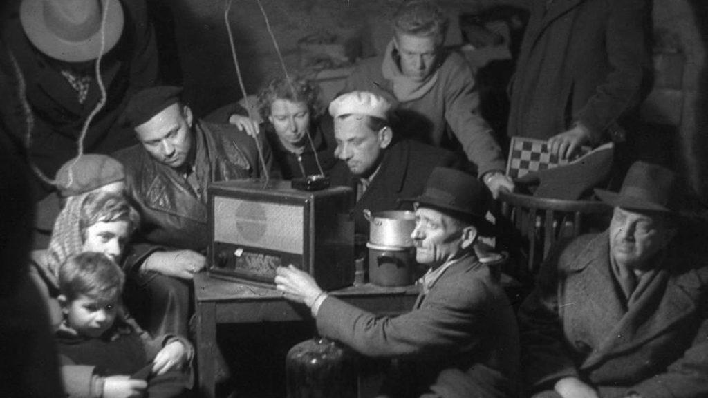 szabad_europa_radio_musorainak_hallgatasa_1956.jpg