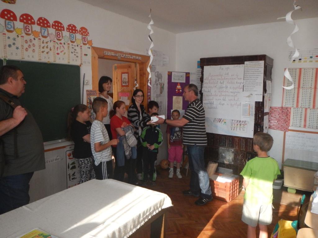 hat-14-01-0493-066-csernakeresztur-iskola-adomanyok_az_iskolanak.JPG