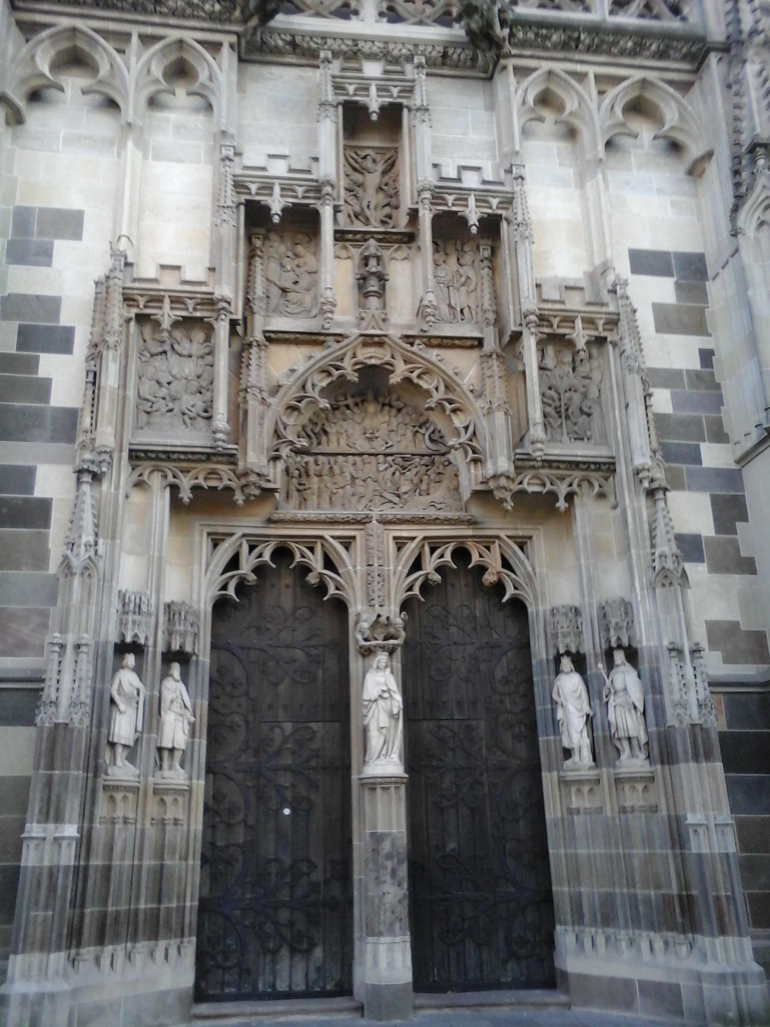 A dóm egyik oldalsó kapuja