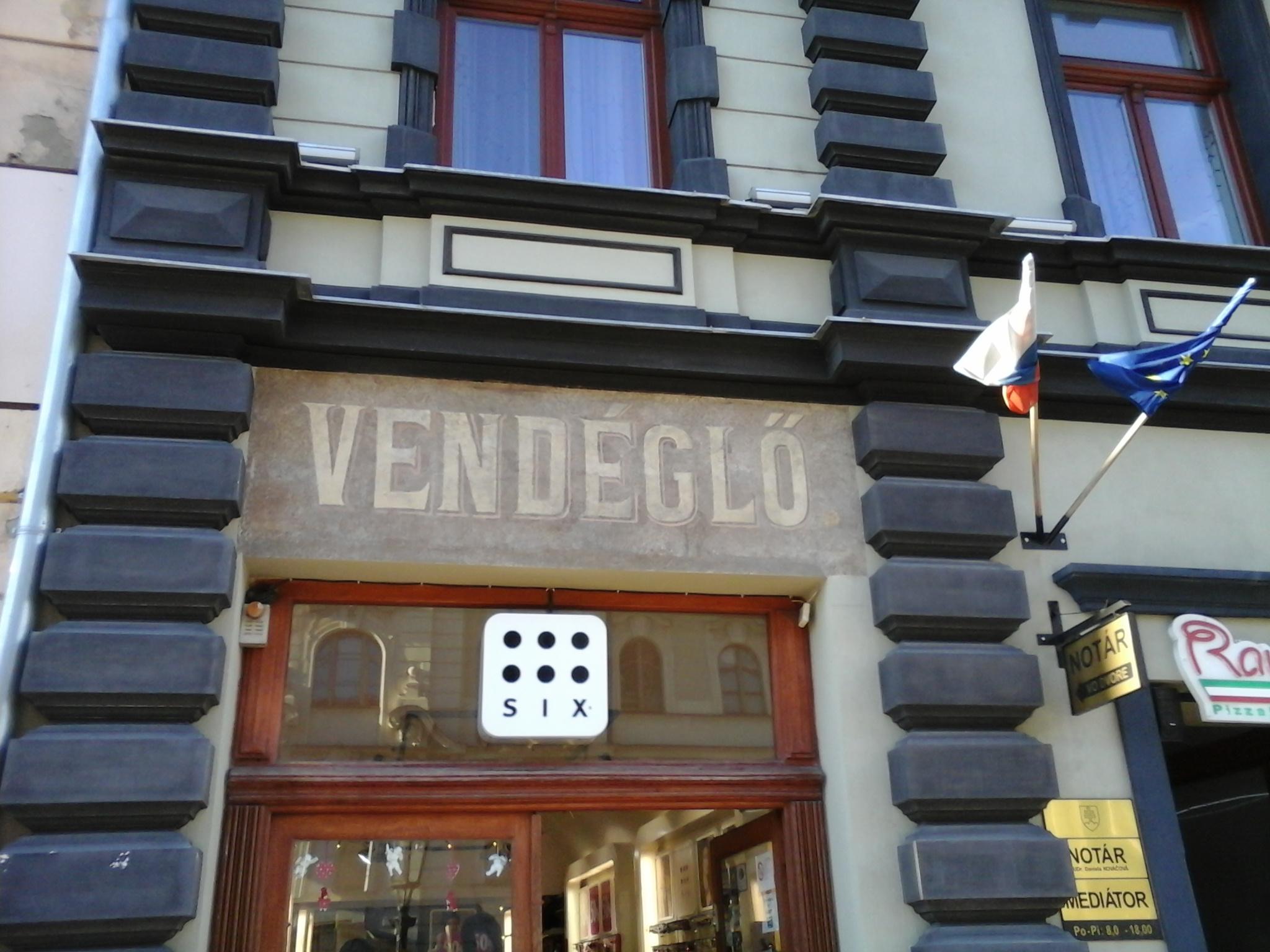 Itt-ott felbukkannak magyar feliratok is a századelőről