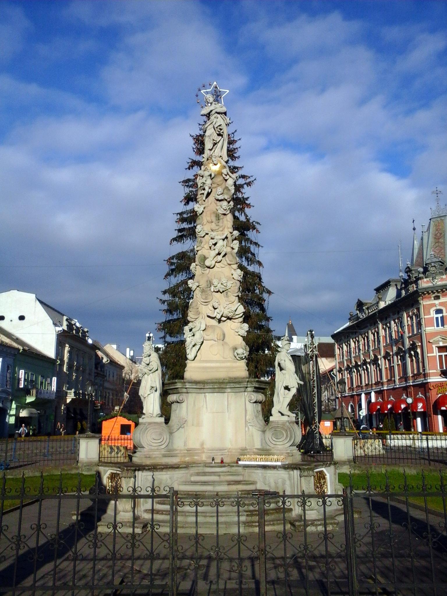 Immaculata-szobor, háttérben a város karácsonyfájával