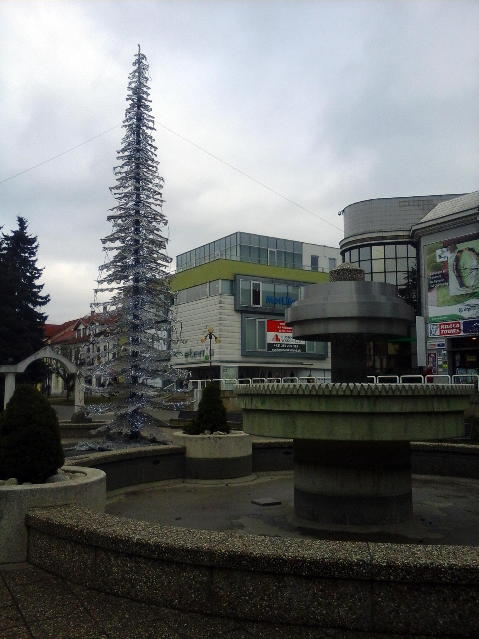 A poprádi főtér egy szocreál szökőkúttal és egy műanyag fenyőfával