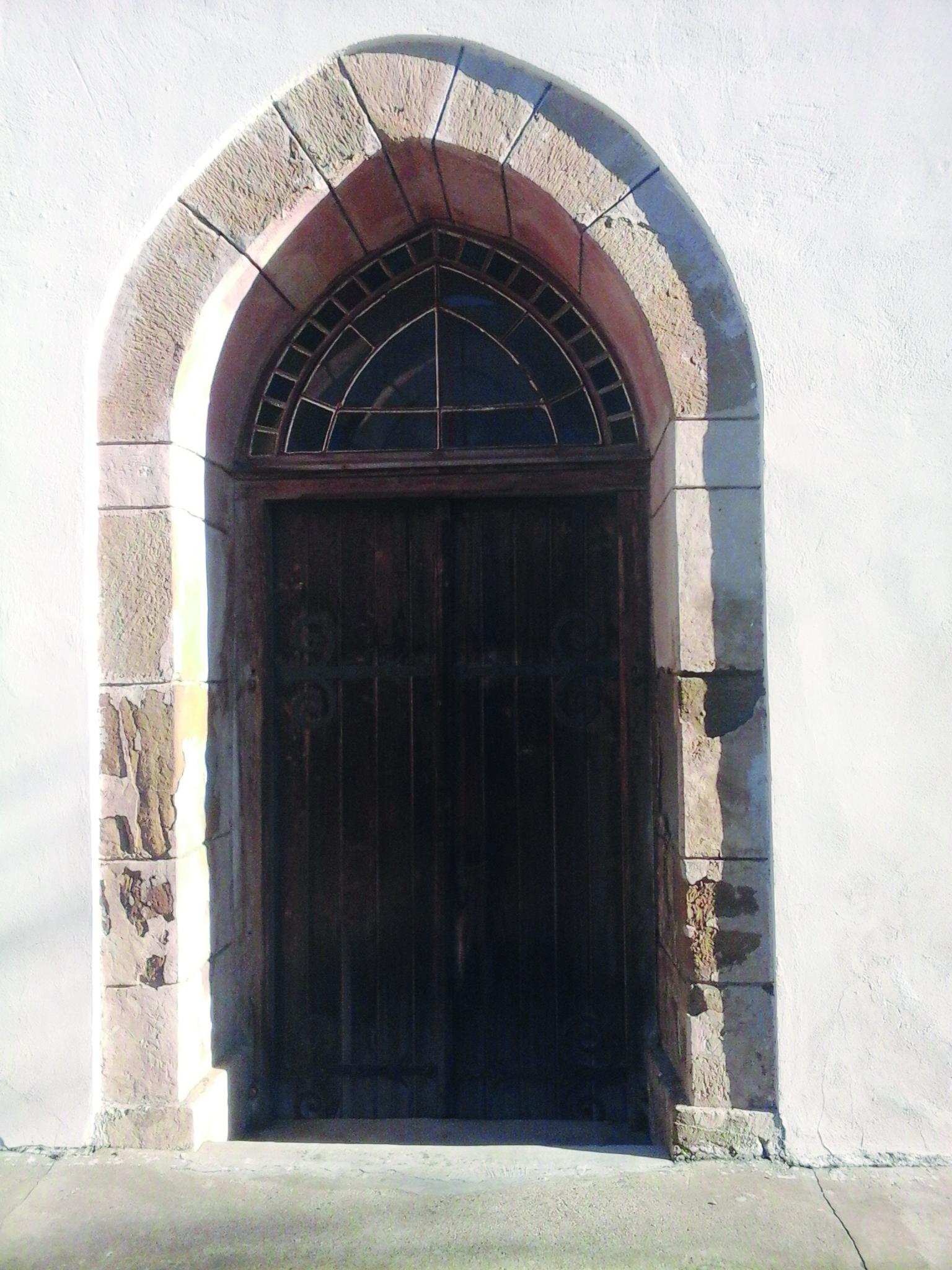 A katolikus templom kapuja