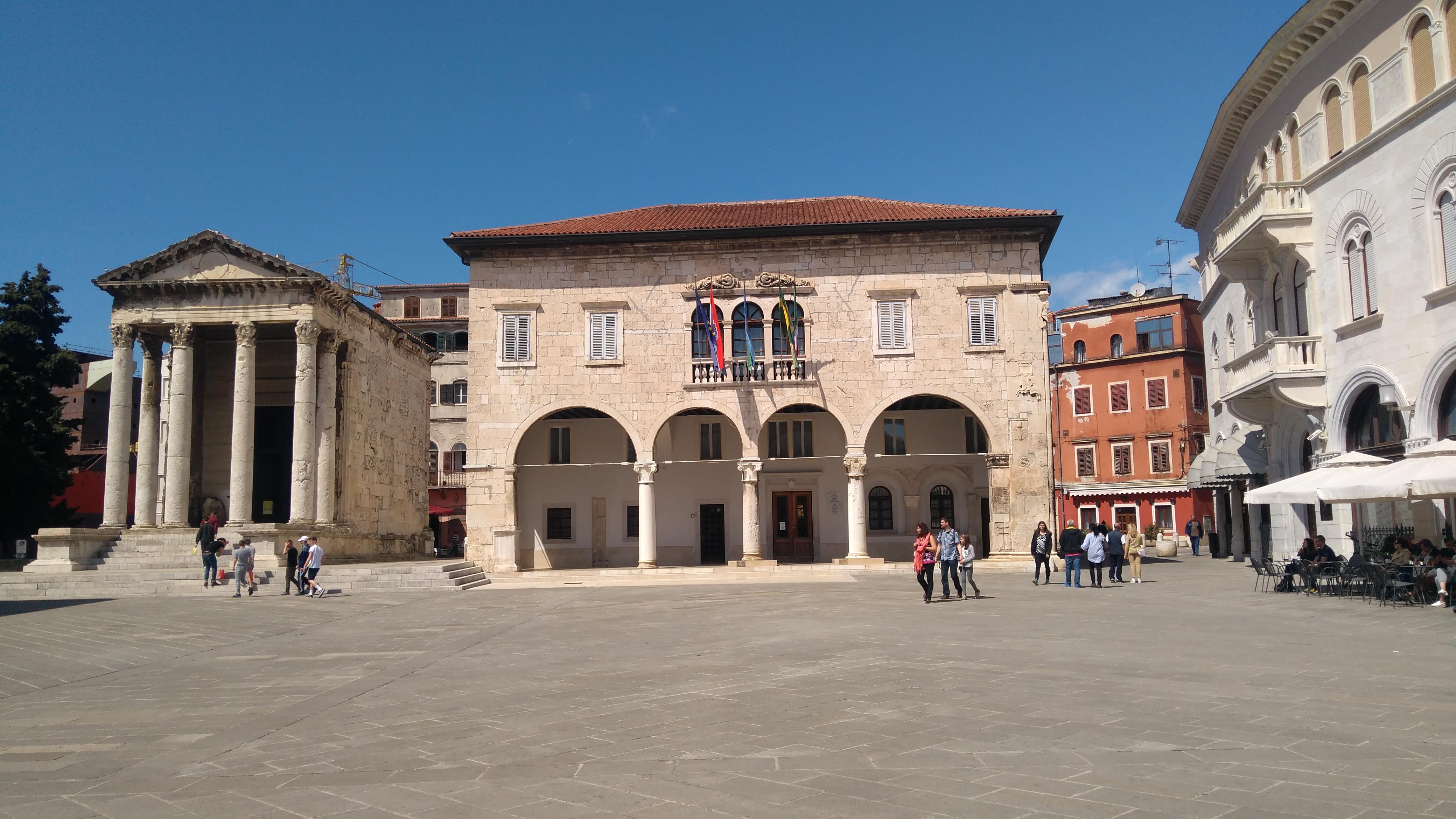 Augustus temploma a városházával