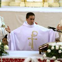 Élő egyházközségben szenteltek papot