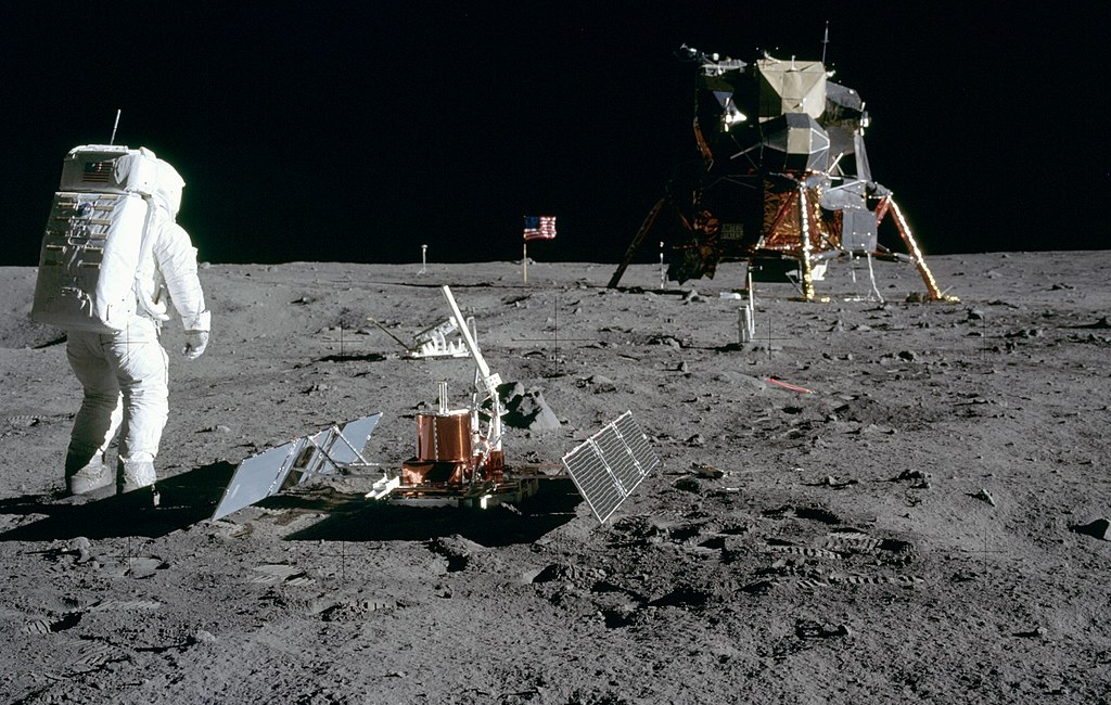 1024px-aldrin_looks_back_at_tranquility_base_gpn-2000-001102.jpg
