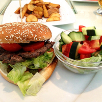 Szürkemarha burger jalapenóval a kaja.hu-nál