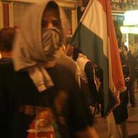 Ellenállók kiskátéja tüntetőknek