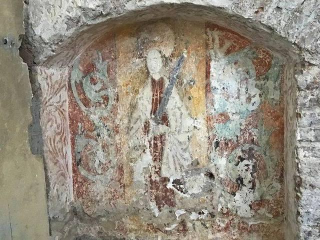 Páratlan középkori freskó került elő a zselízi templom vakolata alól