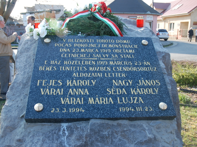 A 100. évfordulón új helyre került a zselízi sortűz áldozatainak emléktáblája