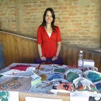 Egyedi színek, figyelemfelkeltő formák - beszélgetés Molnár Adri táskafestővel