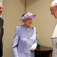 Mit rejt a királynő retikülje?