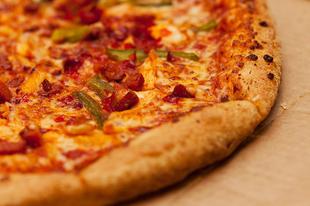Pizza tönkölybúzalisztből márványlapon sütve