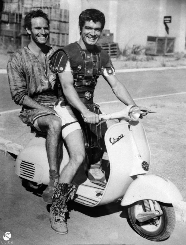 Ben-Hur és Messala, amikor megirigyelte a Római vakáció híres jelenetét. Vajon ez az aréna jelenet előtt, vagy után készült?