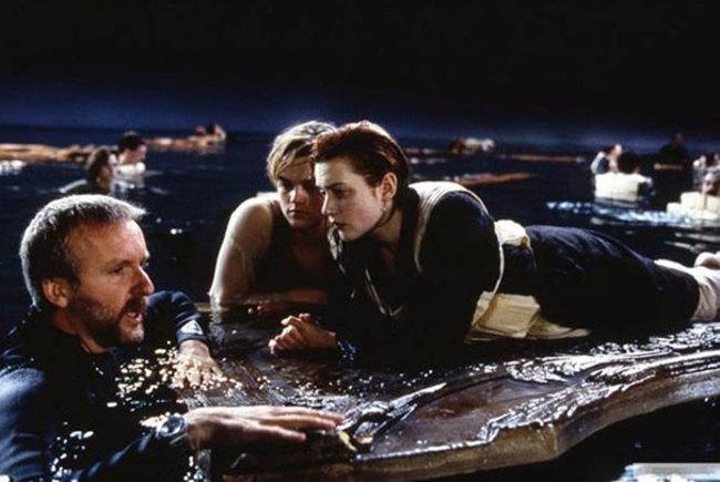 Ékes bizonyítéka annak, hogy azon a bizonyos deszkán jutott volna még hely Leonardo di Caprionak is. Mondhatnánk, lecsúszott róla, mint az Oscarról.