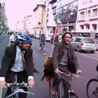 Critical Diplomass - bringás hepaj öltönyben, vasárnap