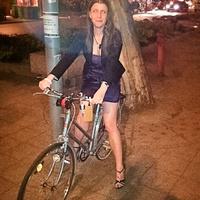 Biciklivel koktélruhában, operettre